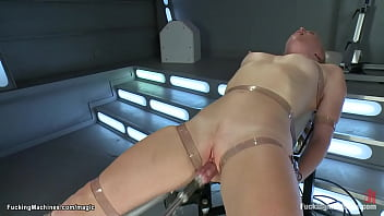Strapped blonde pussy machine fucked 5分钟